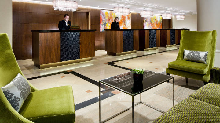 La recepción del Hotel Marriott de Praga iluminada por Philips Lighting