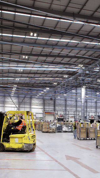 Iluminación de almacén de Royal Mail NDC con tecnología LED de bajo consumo de Philips Lighting