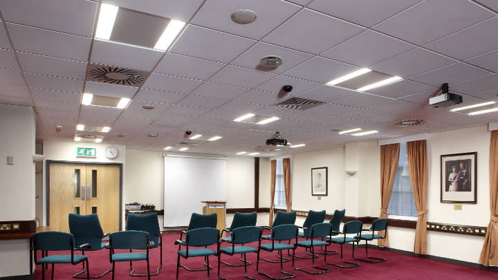Sala de conferencias del Consejo de distrito de Sedgemoor iluminado con luminarias empotrables CoreLine de Philips Lighting