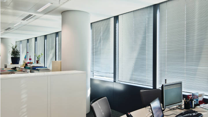 Iluminación de oficina de Philips montada en el techo de esta oficina de Tour Sequana