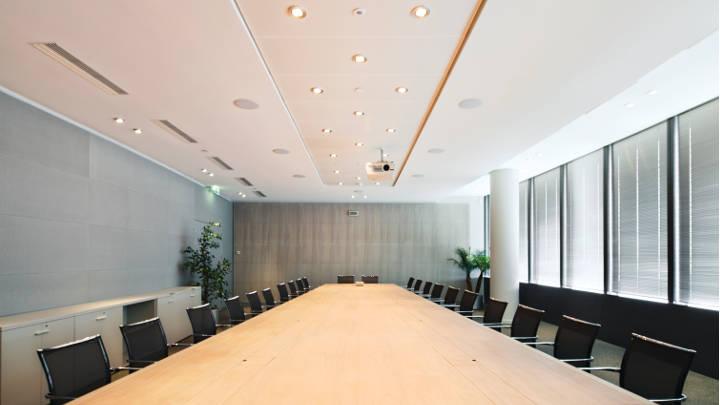 Sala de reuniones de la oficina de Tour Sequana, alumbrada con soluciones de iluminación de oficinas de Philips que reducen el consumo de energía