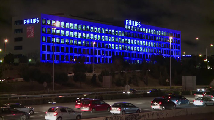 Edificio Philips Madrid con los colores de la UE